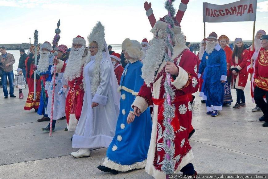 На шестой Мороз-Парад в Ялту прибыли самые юные и самые высокие Деды Морозы (ФОТОРЕПОРТАЖ) (фото) - фото 1
