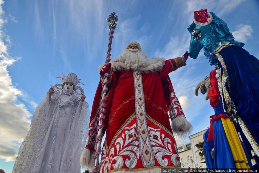 На шестой Мороз-Парад в Ялту прибыли самые юные и самые высокие Деды Морозы (ФОТОРЕПОРТАЖ) (фото) - фото 10