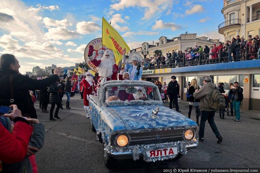 На шестой Мороз-Парад в Ялту прибыли самые юные и самые высокие Деды Морозы (ФОТОРЕПОРТАЖ) (фото) - фото 9