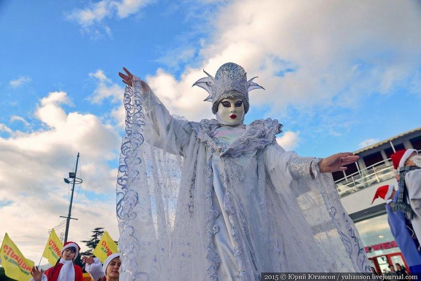 На шестой Мороз-Парад в Ялту прибыли самые юные и самые высокие Деды Морозы (ФОТОРЕПОРТАЖ) (фото) - фото 7