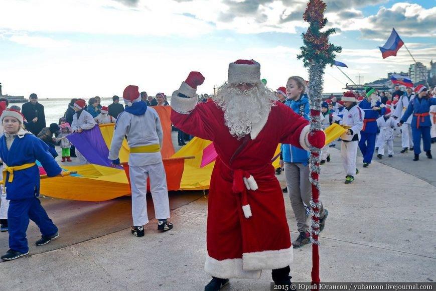 На шестой Мороз-Парад в Ялту прибыли самые юные и самые высокие Деды Морозы (ФОТОРЕПОРТАЖ) (фото) - фото 3