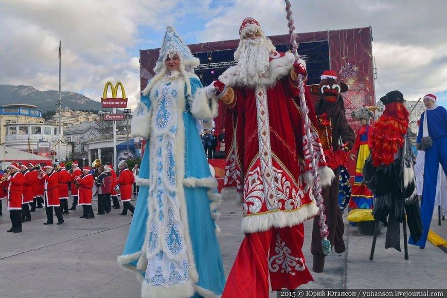 На шестой Мороз-Парад в Ялту прибыли самые юные и самые высокие Деды Морозы (ФОТОРЕПОРТАЖ) (фото) - фото 5