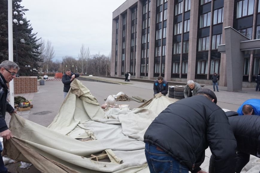 Перед криворожским горисполкомом демонтировали палаточный городок (ФОТО) (фото) - фото 3