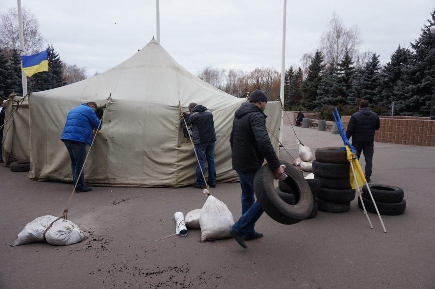 Перед криворожским горисполкомом демонтировали палаточный городок (ФОТО) (фото) - фото 1