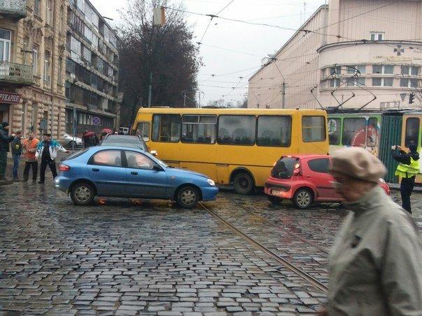 Ранкова ДТП у Львові: маршрутка зіштовхнулась із автомобілем (ФОТО) (фото) - фото 1
