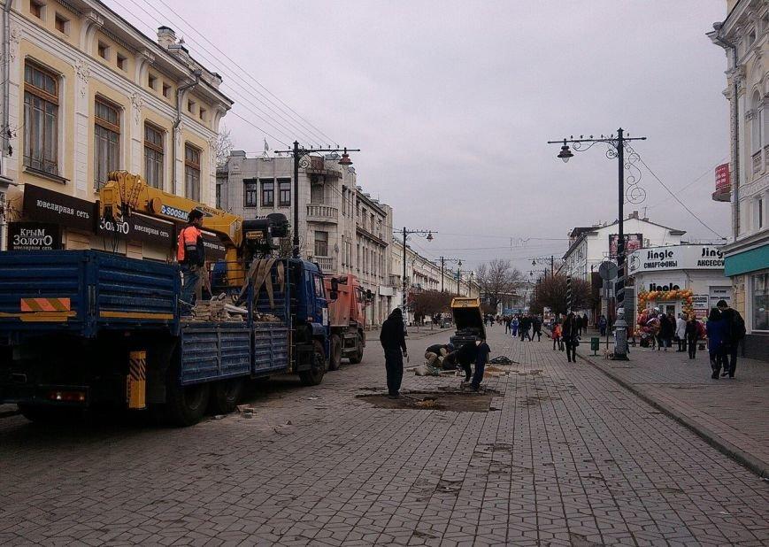 Предновогоднее чудо в центре Симферополя: дорожники ремонтируют пешеходную зону (ФОТОФАКТ) (фото) - фото 1