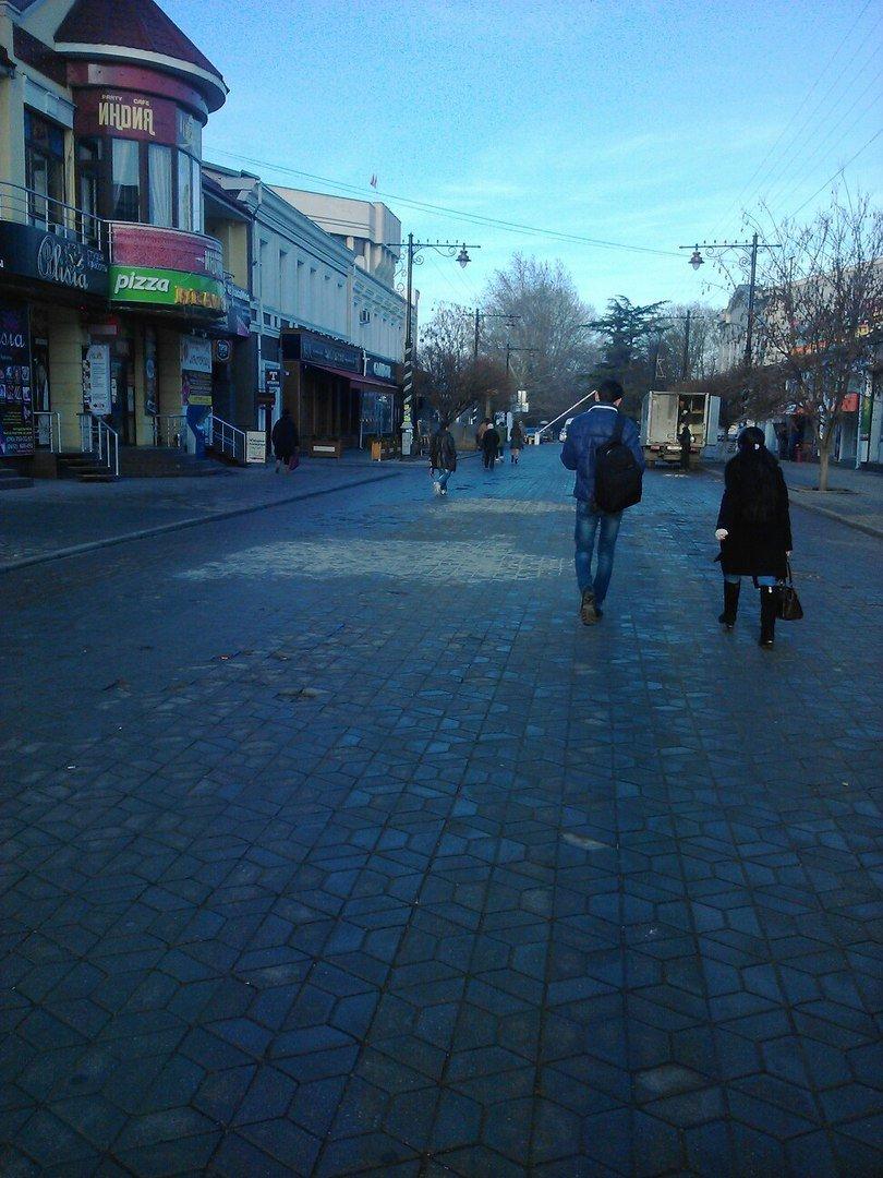 Предновогоднее чудо в центре Симферополя: дорожники ремонтируют пешеходную зону (ФОТОФАКТ) (фото) - фото 3