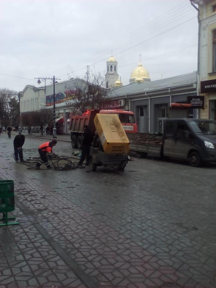 Предновогоднее чудо в центре Симферополя: дорожники ремонтируют пешеходную зону (ФОТОФАКТ) (фото) - фото 2