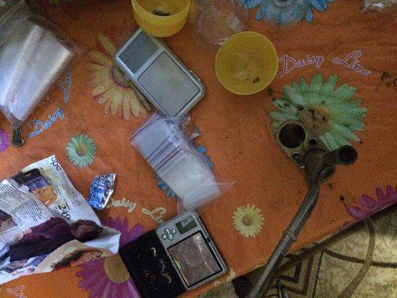 Возле ночного клуба Днепродзержинска у молодого парня изъяли метамфетамин и марихуану (фото) - фото 3