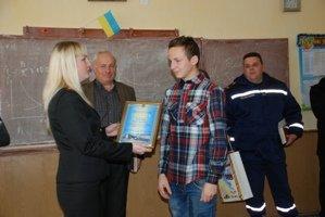 Прикарпатського школяра, який у пожежі врятував життя жінки з сином, нагородили (ФОТО,ВІДЕО) (фото) - фото 1