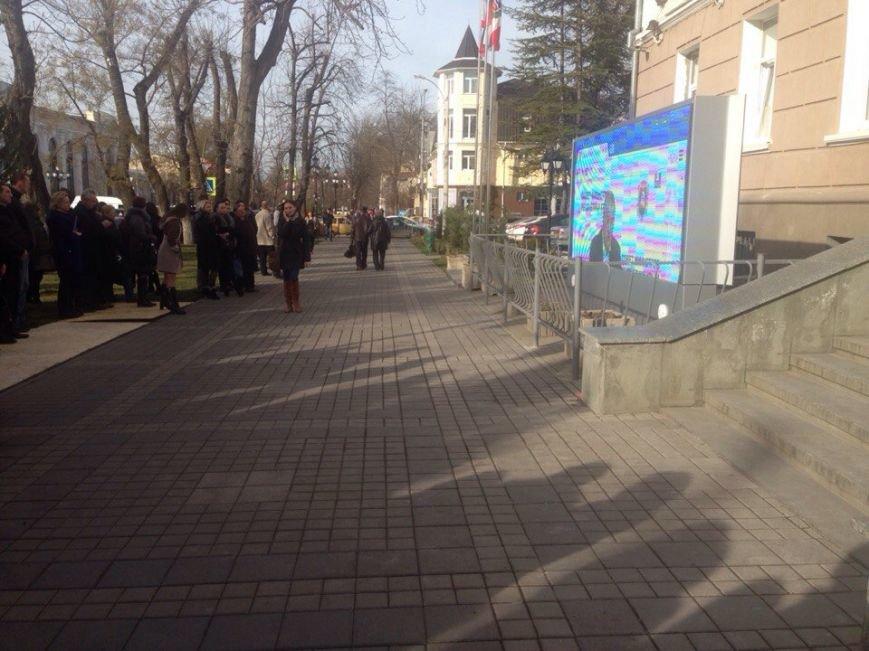 Симферопольцы собрались в центре города, чтобы послушать отчет Аксенова (ФОТОФАКТ) (фото) - фото 2