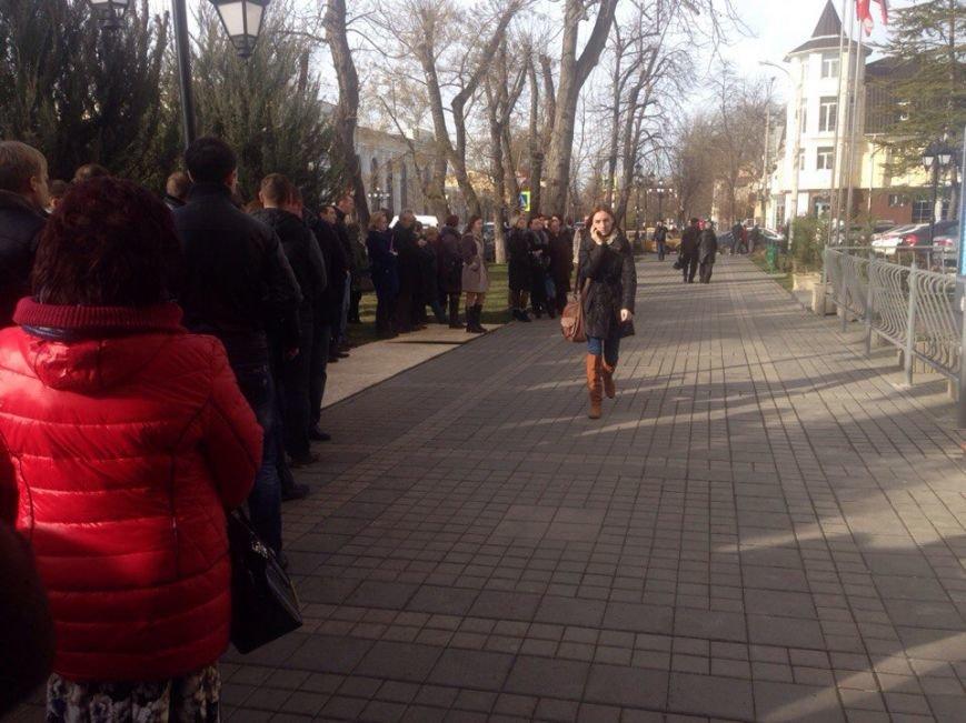 Симферопольцы собрались в центре города, чтобы послушать отчет Аксенова (ФОТОФАКТ) (фото) - фото 3