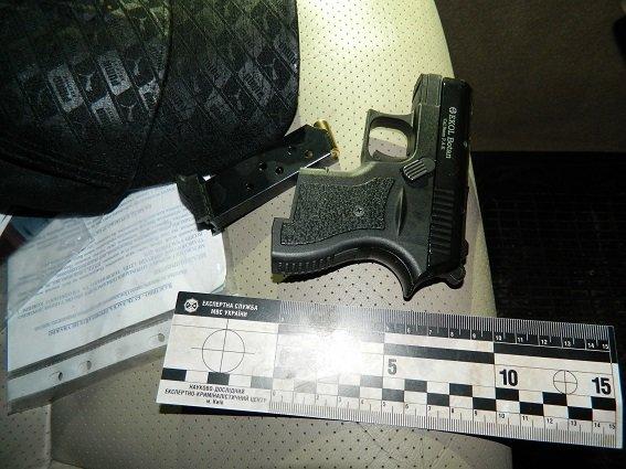 В Киеве полицейские нашли в остановленной машине оружие, наручники и балаклаву (ФОТО) (фото) - фото 2