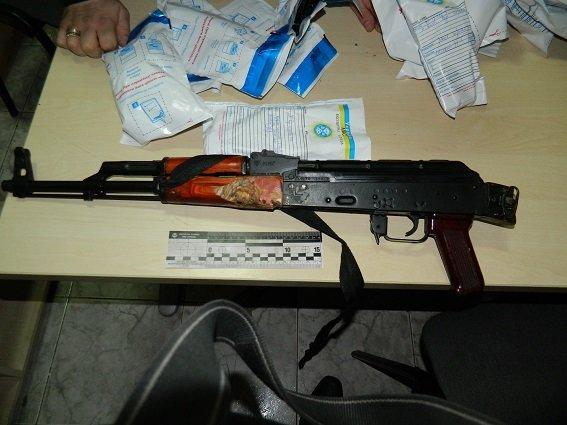 В Киеве полицейские нашли в остановленной машине оружие, наручники и балаклаву (ФОТО) (фото) - фото 6