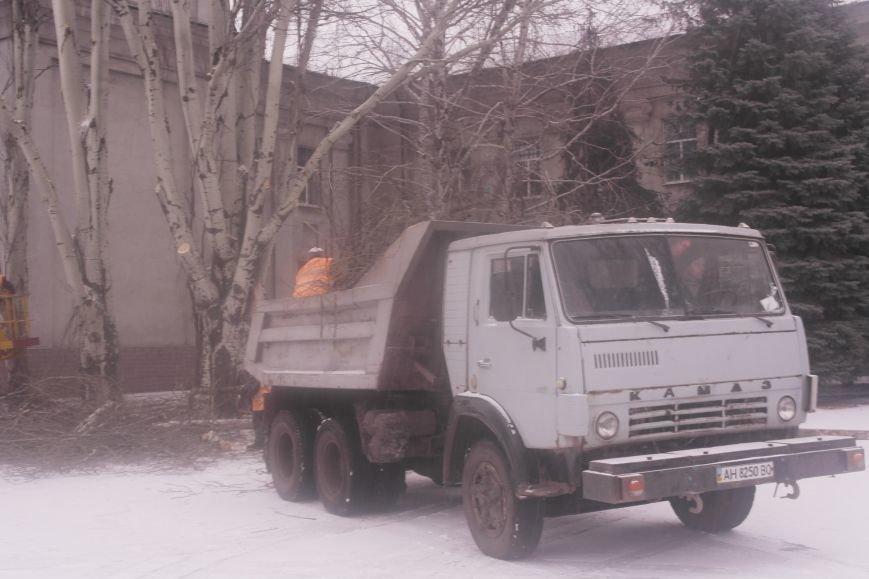 В Красноармейске главную площадь города готовят к установке праздничной новогодней сцены (фото) - фото 2