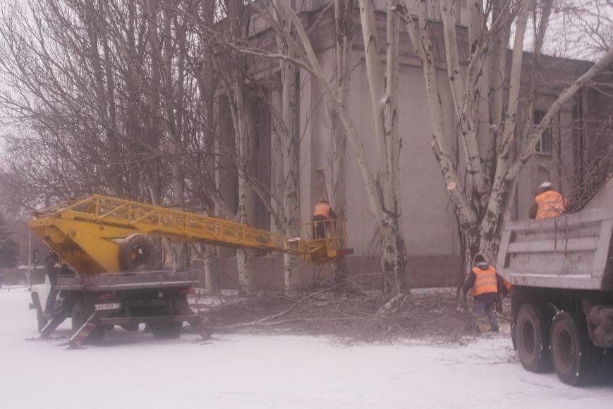 В Красноармейске главную площадь города готовят к установке праздничной новогодней сцены (фото) - фото 1