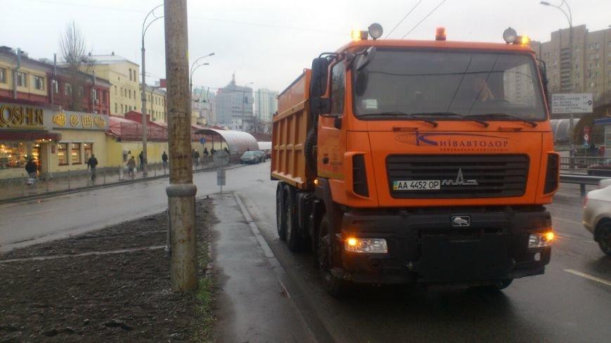 В Киеве в связи со снегопадом начали обрабатывать дороги (ФОТО) (фото) - фото 1