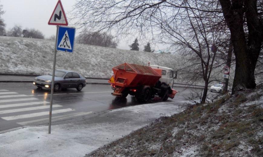 В Киеве в связи со снегопадом начали обрабатывать дороги (ФОТО) (фото) - фото 2