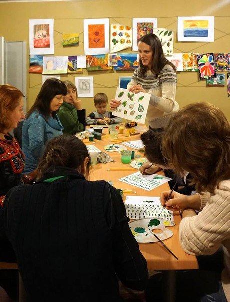 Арт-терапия: переселенцы учатся создавать петриковские орнаменты (ФОТО) (фото) - фото 2