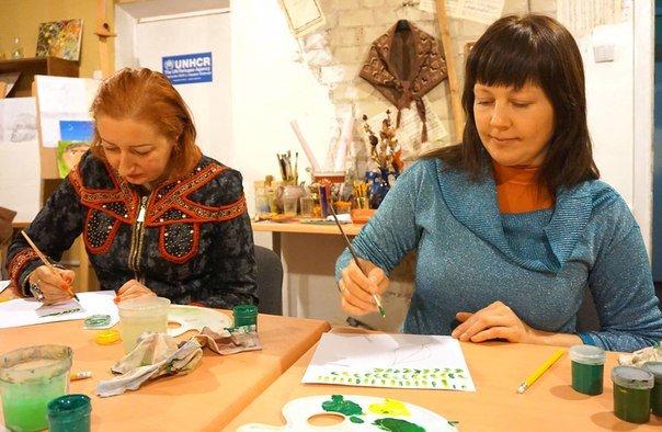 Арт-терапия: переселенцы учатся создавать петриковские орнаменты (ФОТО) (фото) - фото 1