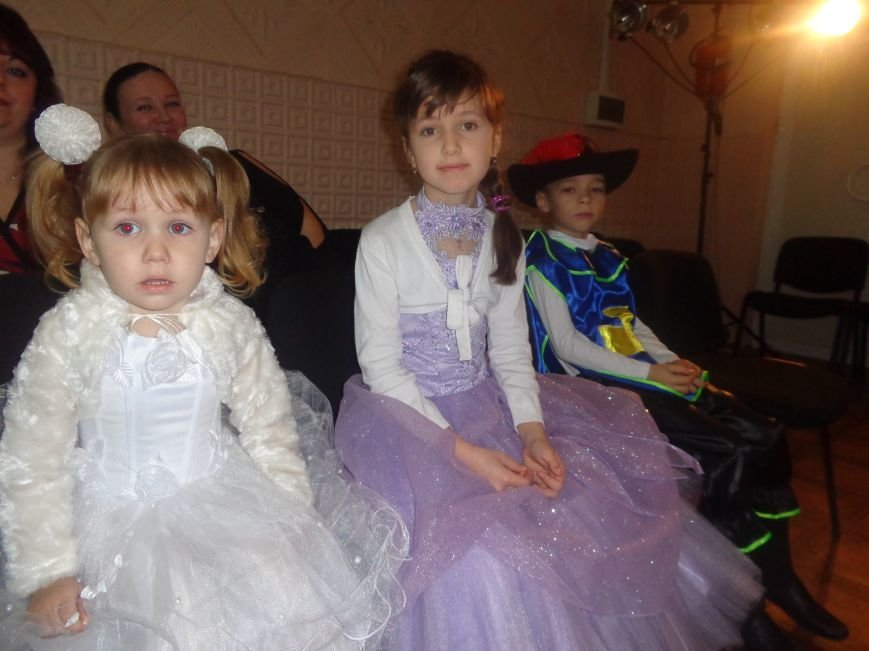 Сегодня дети переселенцев в Красноармейске стали частью праздничного новогоднего утренника (фото) - фото 2