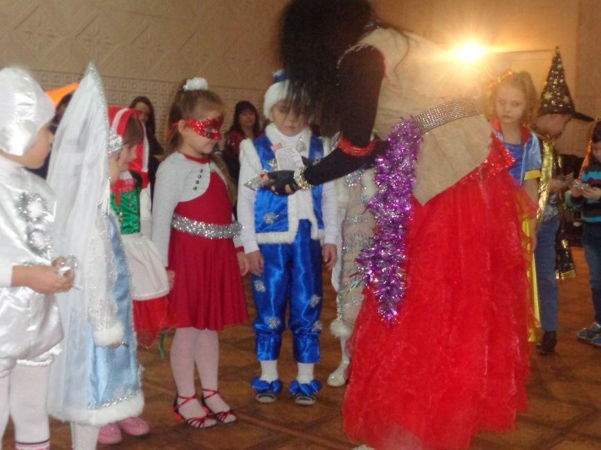 Сегодня дети переселенцев в Красноармейске стали частью праздничного новогоднего утренника (фото) - фото 7