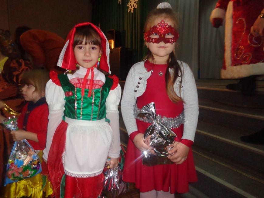 Сегодня дети переселенцев в Красноармейске стали частью праздничного новогоднего утренника (фото) - фото 18