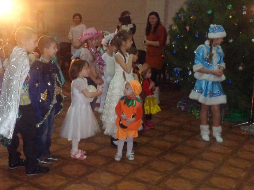 Сегодня дети переселенцев в Красноармейске стали частью праздничного новогоднего утренника (фото) - фото 15