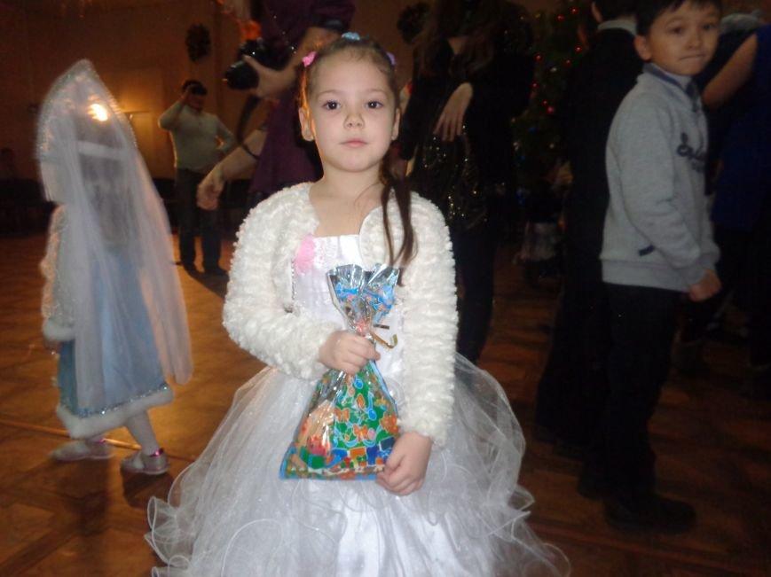 Сегодня дети переселенцев в Красноармейске стали частью праздничного новогоднего утренника (фото) - фото 17