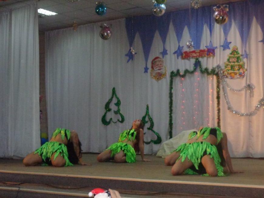 Сегодня дети переселенцев в Красноармейске стали частью праздничного новогоднего утренника (фото) - фото 6