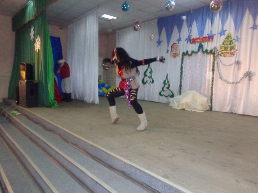 Сегодня дети переселенцев в Красноармейске стали частью праздничного новогоднего утренника (фото) - фото 13