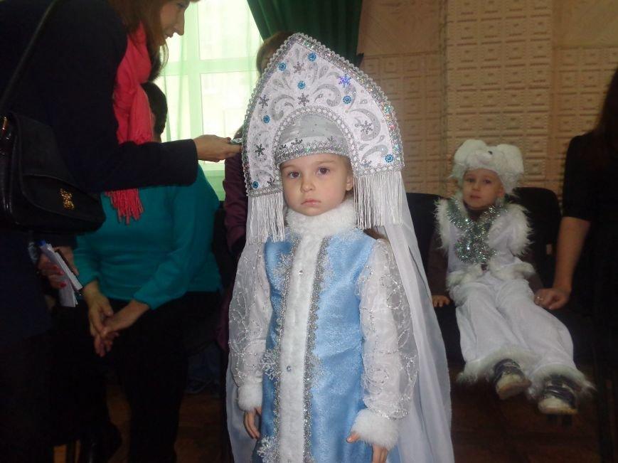 Сегодня дети переселенцев в Красноармейске стали частью праздничного новогоднего утренника (фото) - фото 4