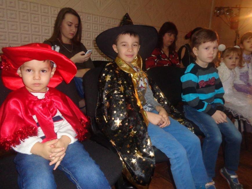 Сегодня дети переселенцев в Красноармейске стали частью праздничного новогоднего утренника (фото) - фото 1