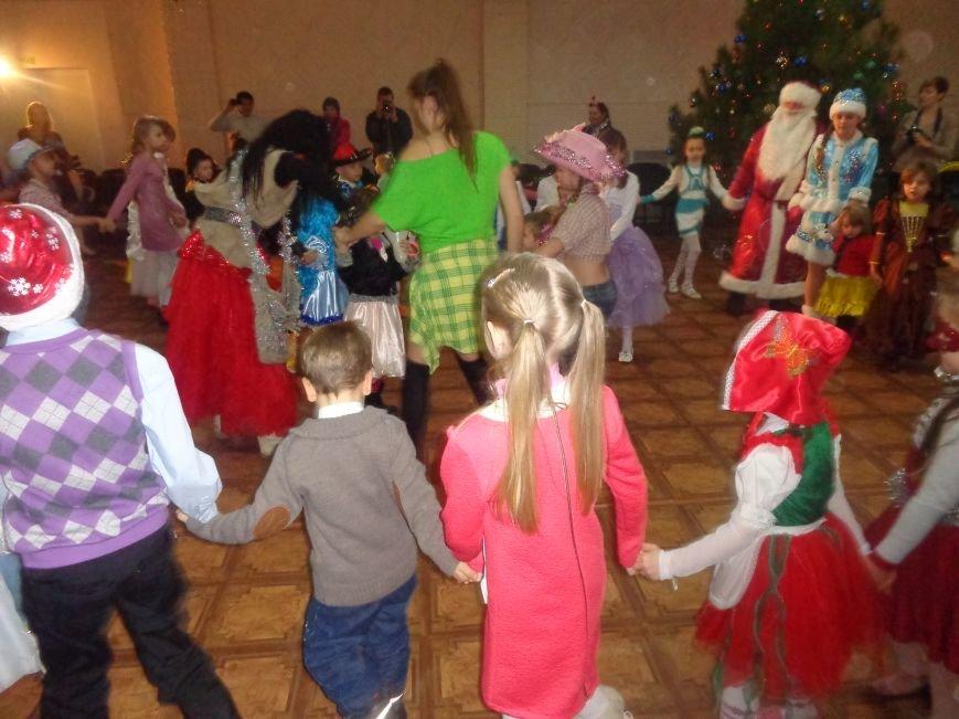 Сегодня дети переселенцев в Красноармейске стали частью праздничного новогоднего утренника (фото) - фото 12