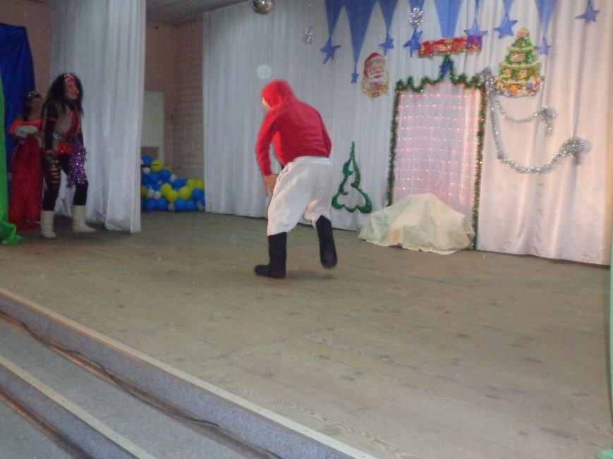Сегодня дети переселенцев в Красноармейске стали частью праздничного новогоднего утренника (фото) - фото 14