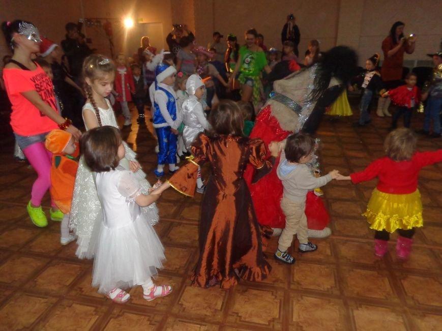 Сегодня дети переселенцев в Красноармейске стали частью праздничного новогоднего утренника (фото) - фото 11
