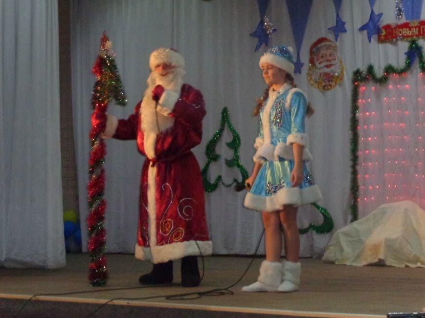 Сегодня дети переселенцев в Красноармейске стали частью праздничного новогоднего утренника (фото) - фото 5
