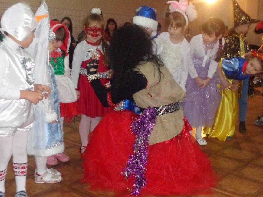Сегодня дети переселенцев в Красноармейске стали частью праздничного новогоднего утренника (фото) - фото 8