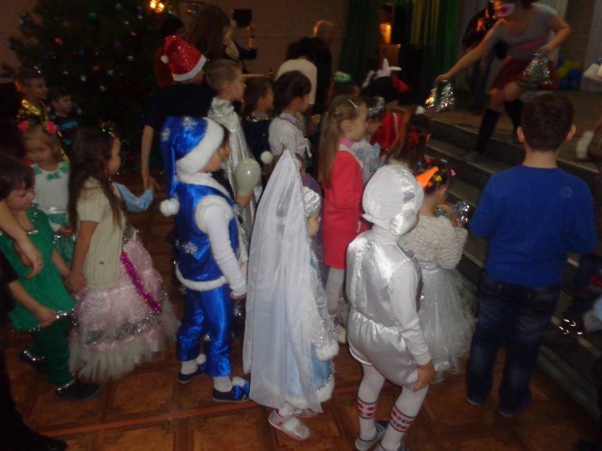Сегодня дети переселенцев в Красноармейске стали частью праздничного новогоднего утренника (фото) - фото 16