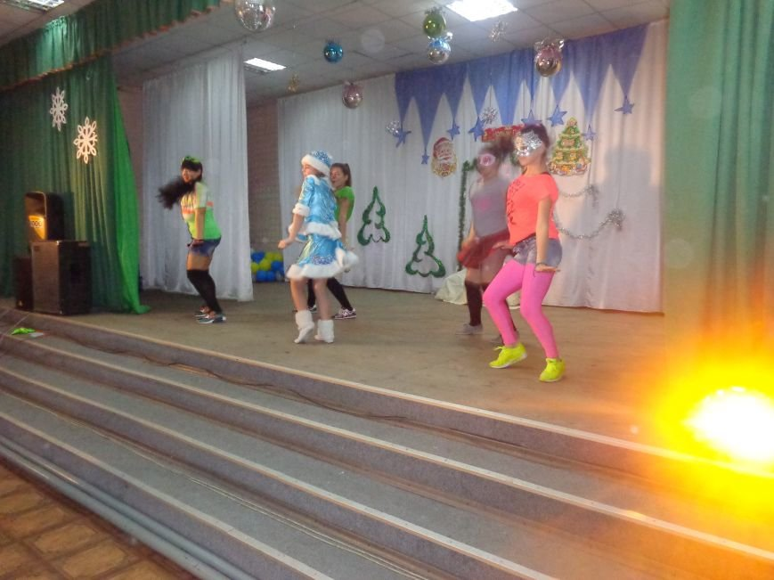 Сегодня дети переселенцев в Красноармейске стали частью праздничного новогоднего утренника (фото) - фото 10