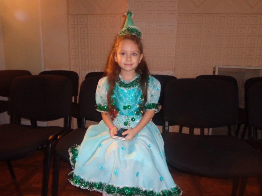 Сегодня дети переселенцев в Красноармейске стали частью праздничного новогоднего утренника (фото) - фото 3