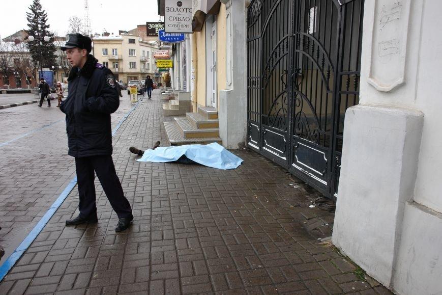 Посеред вулиці у центрі міста померла людина. Фото (фото) - фото 2