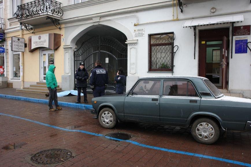 Посеред вулиці у центрі міста померла людина. Фото (фото) - фото 1