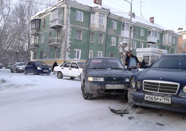 Сразу несколько ДТП в центре Полевского (фотофакт) (фото) - фото 1