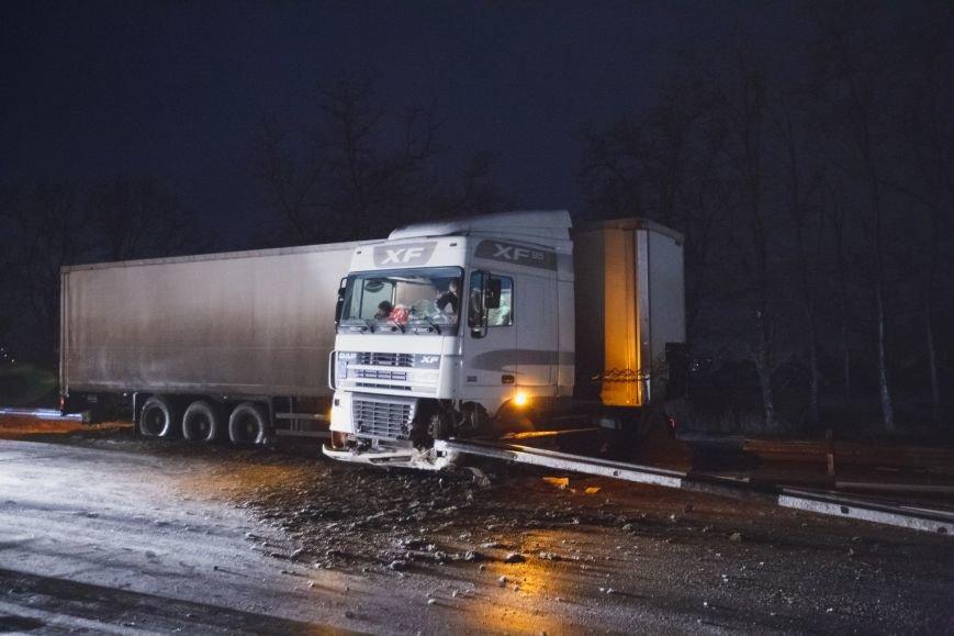На Полтавской трассе из-за гололеда развернуло фуру (ФОТО) (фото) - фото 1