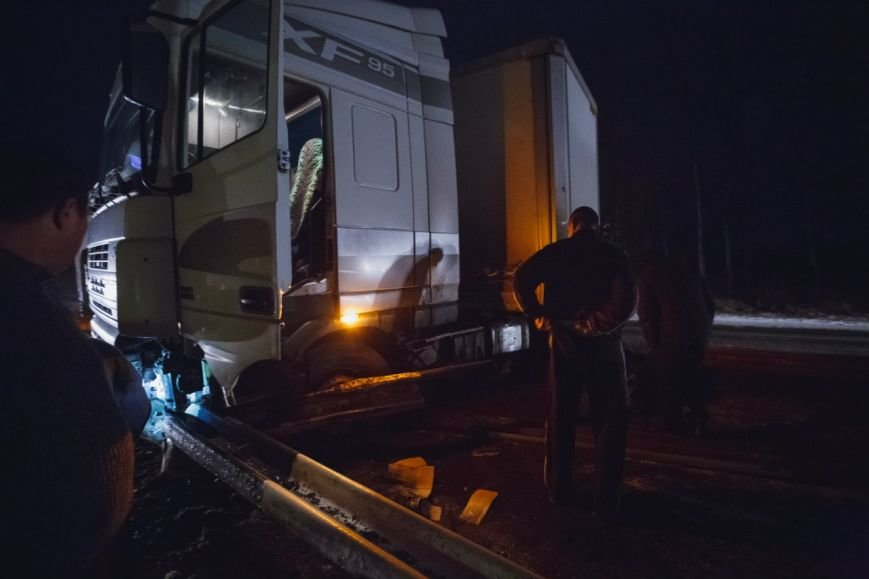 На Полтавской трассе из-за гололеда развернуло фуру (ФОТО) (фото) - фото 5