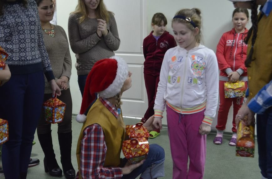 Волонтери ПНПУ створили свято для дітей у двох полтавських лікарнях (фото) - фото 5