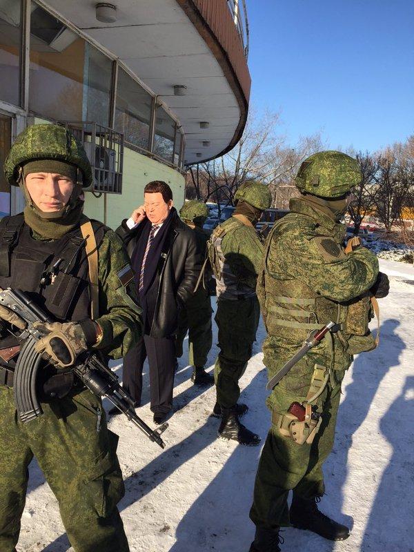 Кобзону страшно в «ДНР» - певца сопровождают по Донецку несколько автоматчиков (ФОТОФАКТ) (фото) - фото 2