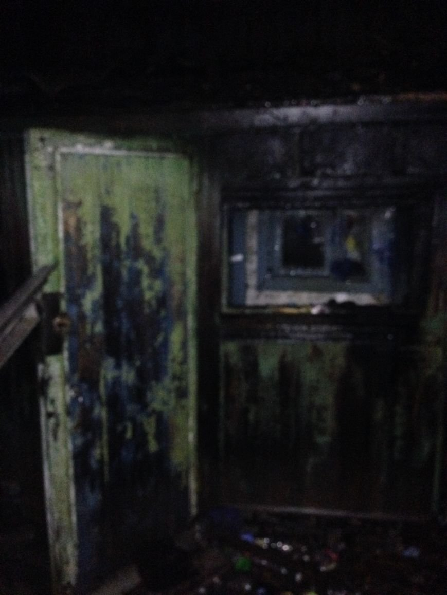 В Кременчуге бомж чуть не сгорел вместе с летним душем, фото-1