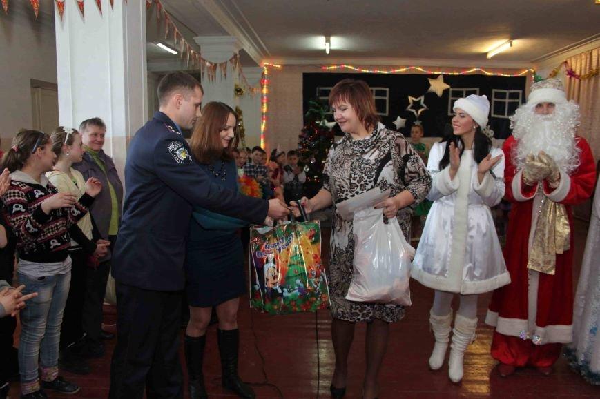 Криворожские полицейские поздравили с новогодними праздниками воспитанников школы-интерната (ФОТО), фото-11